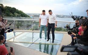 В Киеве треснуло стеклянное покрытие моста спустя сутки после открытия