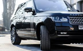 В центре Москвы столкнулись три автомобиля,  Range Rover перевернулся и перекрыл 2 полосы