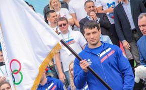 Самбисту Артёму Осипенко вручили Олимпийское знамя