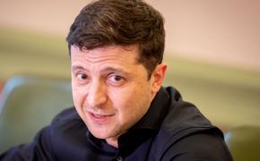 """Владимир Зеленский показал журналистам """"прикол"""" в своем кабинете"""