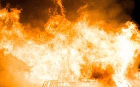 Четыре металлических ангара горят в Подмосковье