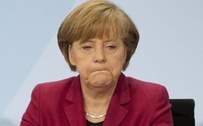 Меркель вновь пришлось прослушать гимн сидя
