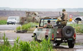В Донбассе сняли на видео уход внедорожника ДНР от ударов ВСУ задним ходом