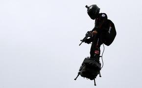 Полет французского изобретателя на флайборде на военном параде в Париже попал на видео