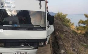 В Крыму бетонное ограждение спасло пассажирский автобус от падения в пропасть