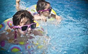 Психолог посоветовала, как научить ребёнка плавать