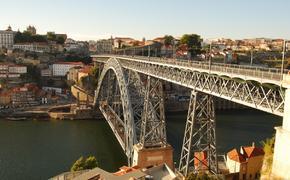 Нагая туристка нырнула в воду с 45-метрового моста в Португалии