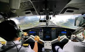 Самолет Sukhoi Superjet 100 с треснувшим лобовым стеклом сел во Владивостоке