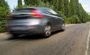 В Петербурге машина сбила водителя, чинившего на дороге свой автомобиль