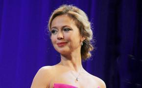 """43-летняя актриса Елена Захарова показала """"стальной"""" пресс в бикини"""