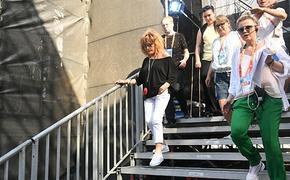 Алла Пугачёва щеголяет в Юрмале в белых коротеньких шортах