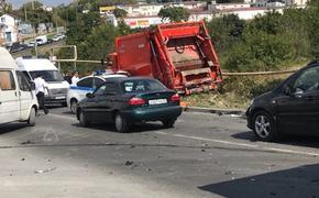 У мусоровоза  в Севастополе отказали тормоза: 15 машин повреждены