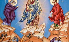 Православные верующие отмечают большой праздник Преображение Господне и святят в храмах яблоки