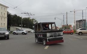 На улицах Нижнего Новгорода появился картонный Мерседес