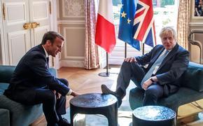 Британский премьер Борис Джонсон опозорился на встрече с Макроном, задрав  ногу на стол