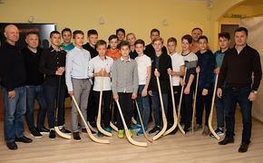 Проект «Строитель» - детям»: представители руководства клуба встретились с юными хоккеистами и вручили им подарки