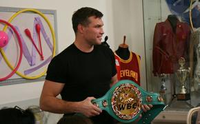 Чемпионы по тайскому боксу Березикова и Дрозд встретились со школьниками в музее спорта