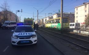 В Улан-Удэ автомобиль врезался в трамвайную остановку.  В ДТП погибли два человека