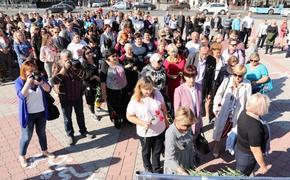 В Крыму вспоминают о трагедии в Керчи. Возле политехнического колледжа открыли памятный знак