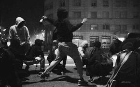 Полиция Барселоны пытается разогнать участников акции протеста по разным улицам