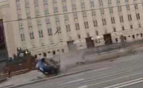В ДТП с участием каршерингового автомобиля напротив здания Минобороны на Фрунзенской попала девушка
