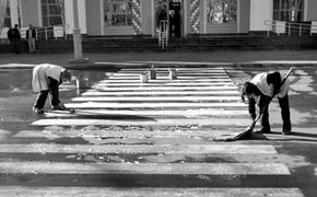Из-за отсутствия техники мэр Ялты предложил мыть тротуары шваброй