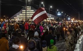 Факельное шествие и море свечей в Латвии