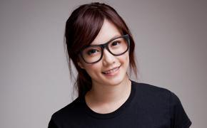 Японским работницам запретили ношение очков