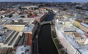В сеть попало видео, как в  Петербурге автомобиль с двумя детьми, один которых грудничок,  упал в реку