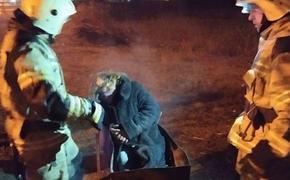 Пожарные  спасли в Керчи женщину, которая решила погреться в тлеющем мангале