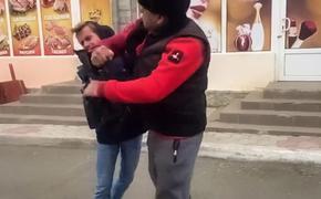 Продавец-нелегал напал на сотрудников телеканала «Крым-24» во время съемок на  рынке в Евпатории