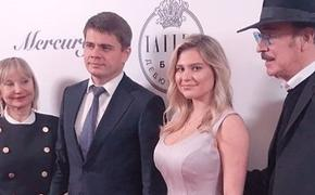 Внучка Боярского в простом платье стала звездой   бала