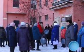Пенсионеры с  тазиками обратились к главе Миасса и пожаловались на закрытие городской бани