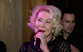 Певица Любовь Успенская взволновала поклонников в мини и ботфортах на шпильке