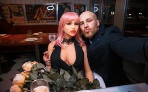 Бодибилдер-чемпион Юрий Толочко променял женщин на секс-куклу, которой уже сделал предложение руки и сердца
