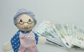 В РФ могут запретить взыскание долгов с пенсий