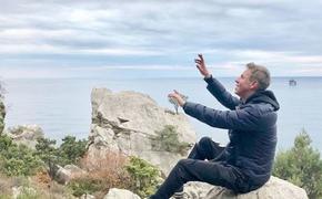 Актер Алексей Панин  живет в палатке в Крыму, ищет дрова на помойке и