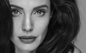Анджелина Джоли поцеловалась со своим  поклонником