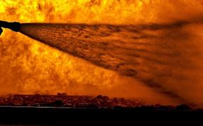 Источник: на горящем складе на юге Москвы слышны взрывы