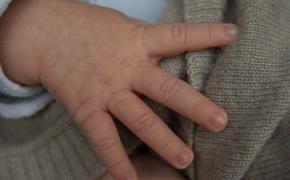 В Красноярске возбудили дело против массажистки, сломавшей маленькой девочке ноги