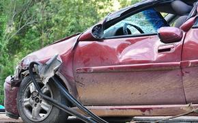 Появилось видео аварии, в которой микроавтобус сбил легковушку