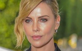 44-летняя актриса Шарлиз Терон показала снимок в дерзком мини с откровенным декольте