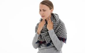 Врач предупредил, почему нельзя лечить боль в горле самостоятельно