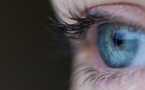 После наращивания ресниц молодая клиентка чуть не лишилась зрения: