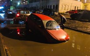 Жители Ярославля опубликовали фото, как в большой луже  около дома утонулись  пять автомобилей