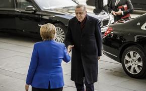 Эрдоган разделся для совместного фото с Меркель на конференции в Берлине