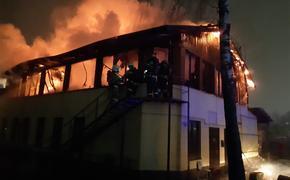 В центре Курска загорелось кафе. Площадь пожара - 800 кв. метров