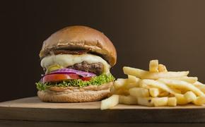Диетолог объяснила, почему люди много едят