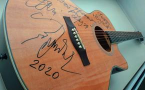 Гитара с автографом Олега Митяева будет разыграна на благотворительном аукционе