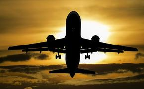 В Сети появилось видео экстремальной посадки самолета в Лондоне во время шторма